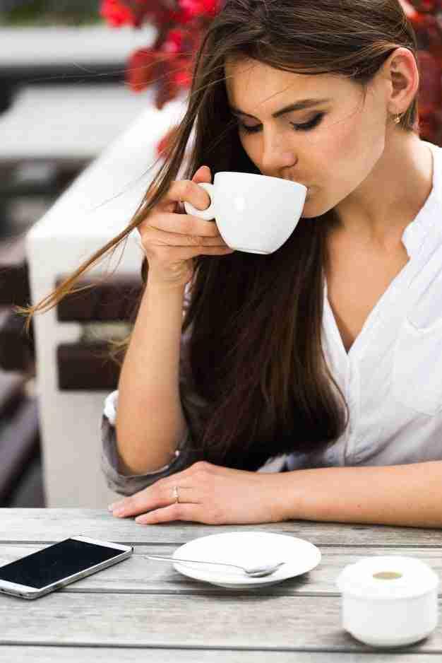 ragazza che beve il caffè